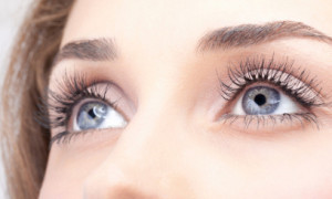 Перед назначением операции врач тщательно проверяет состояние глаз пациента