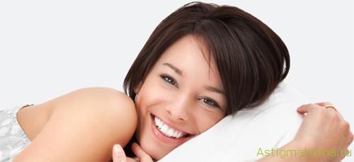 Отрокератология предусматривает ношение линз ночью. За это время они изменяют форму роговицы, позволяя днем обходиться без очков