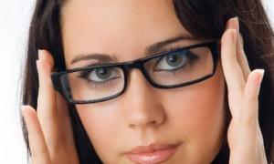 Наиболее распространенный и доступный способ коррекции- очки